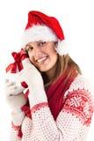 Retrato de la mujer joven sonriente que sostiene el regalo Imagen de archivo libre de regalías