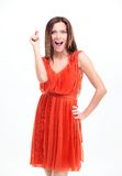 Retrato de la mujer joven sorprendida emocionada en alineada roja Fotografía de archivo