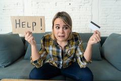 Retrato de la mujer joven subrayada y abrumada con deudas de demasiada tarjeta de crédito foto de archivo libre de regalías