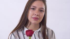 Retrato de la mujer joven triste, llorando en cierre del estudio para arriba Los holdes de la señora subieron en manos Tiroteo en almacen de video