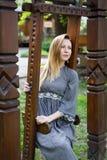 Retrato de la mujer joven, triste que balancea en el jardín Foto de archivo