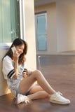 Retrato de la mujer joven y adolescente hermosa que habla el teléfono móvil Imagen de archivo