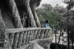 Retrato de la mujer joven y atractiva, que se está colocando entre las columnas en el parque Guell Imagen de archivo