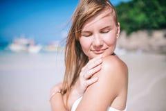 Retrato de la mujer larga rubia hermosa del pelo Arena blanca, cielo nublado azul y mar del cristal de la playa tropical fotografía de archivo libre de regalías