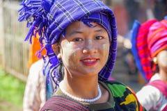 Retrato de la mujer local joven en Myanmar - 17 de noviembre de 2017 fotos de archivo