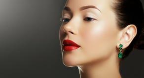 Retrato de la mujer de lujo con joyería Modelo en pendientes costosos Imágenes de archivo libres de regalías