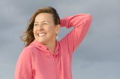 Retrato de la mujer madura alegre y feliz imagen de archivo