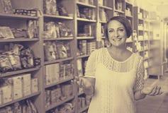 Retrato de la mujer madura en tienda Imagen de archivo libre de regalías