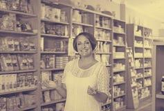 Retrato de la mujer madura sonriente en tienda Fotografía de archivo libre de regalías