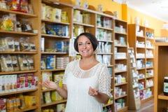 Retrato de la mujer madura sonriente en tienda Fotografía de archivo