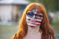 Retrato de la mujer mayor con la bandera pintada de los E.E.U.U. imágenes de archivo libres de regalías