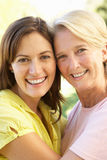Retrato de la mujer mayor con la hija adulta imagen de archivo