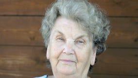 Retrato de la mujer mayor con mirada pensativa almacen de metraje de vídeo