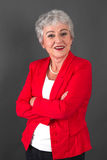 Retrato de la mujer mayor confiada en chaqueta roja Foto de archivo