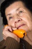 Retrato de la mujer mayor de la abuela que habla en Imagen de archivo libre de regalías