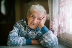 Retrato de la mujer mayor Edad 90 años ayuda Fotografía de archivo libre de regalías