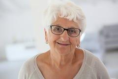 Retrato de la mujer mayor feliz imagen de archivo libre de regalías