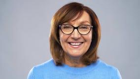Retrato de la mujer mayor feliz en vidrios almacen de metraje de vídeo