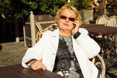 Retrato de la mujer mayor feliz que habla en el teléfono Imagen de archivo libre de regalías