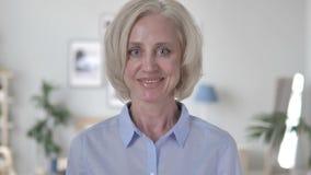 Retrato de la mujer mayor feliz sonriente almacen de metraje de vídeo