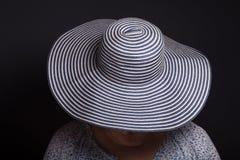 Retrato de la mujer mayor La cara cubrió el sombrero imagen de archivo libre de regalías