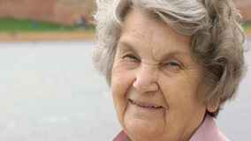 Retrato de la mujer mayor madura sonriente al aire libre almacen de metraje de vídeo