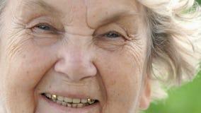 Retrato de la mujer mayor madura sonriente Primer metrajes
