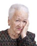 Retrato de la mujer mayor que sufre de un dolor de cabeza imagenes de archivo