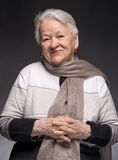 Retrato de la mujer mayor sonriente imagen de archivo