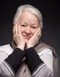 Retrato de la mujer mayor sonriente imagenes de archivo