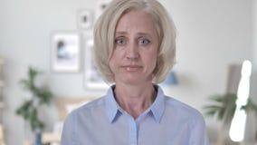 Retrato de la mujer mayor triste almacen de metraje de vídeo