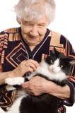 Retrato de la mujer mayor y del gato Fotografía de archivo libre de regalías