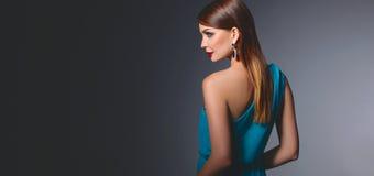Retrato de la mujer morena hermosa en vestido azul Foto de archivo