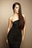 Retrato de la mujer morena hermosa en vestido negro Imagenes de archivo