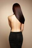 Retrato de la mujer morena hermosa en vestido negro Foto de archivo