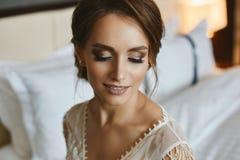 Retrato de la mujer morena hermosa joven con maquillaje profesional y ojos cerrados Fotografía de archivo libre de regalías