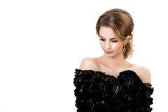 Retrato de la mujer morena hermosa joven en vestido negro en el fondo blanco Imágenes de archivo libres de regalías
