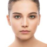 Retrato de la mujer morena joven hermosa con la cara limpia Aislado en un blanco Fotografía de archivo