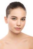 Retrato de la mujer morena joven hermosa con la cara limpia Aislado en un blanco Fotos de archivo