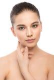 Retrato de la mujer morena joven hermosa con la cara limpia Aislado en un blanco Imágenes de archivo libres de regalías