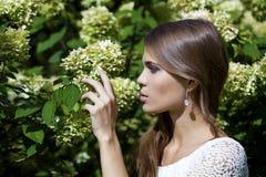 Retrato de la mujer morena joven hermosa en flor de la primavera Foto de archivo libre de regalías