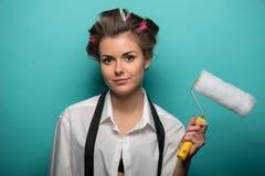 Retrato de la mujer morena linda divertida en pelo Imagen de archivo libre de regalías