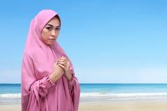 Retrato de la mujer musulmán asiática con el hijab que ruega a dios Fotos de archivo