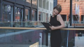 Retrato de la mujer de negocios confidente Imagen de archivo libre de regalías