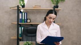 Retrato de la mujer de negocios en oficina