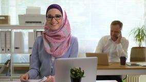 Retrato de la mujer de negocios musulmán joven profesional que mira la risa de la cámara almacen de metraje de vídeo