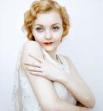 Retrato de la mujer pelirroja contra la pared ligera fotografía de archivo libre de regalías