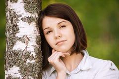 Retrato de la mujer pensativa joven foto de archivo