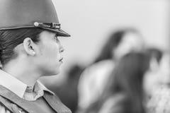 Retrato de la mujer de la policía de Carabinero en las calles de Santiago durante el día los 8M de las mujeres en Santiago de Chi fotografía de archivo libre de regalías
