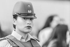 Retrato de la mujer de la policía de Carabinero en las calles de Santiago durante el día los 8M de las mujeres en Santiago de Chi imagen de archivo libre de regalías